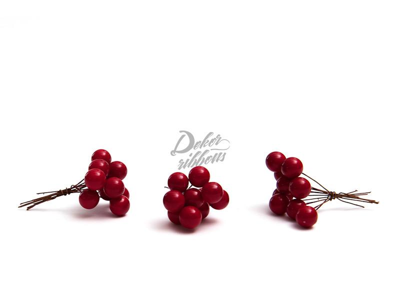 Červené bobule, lesklé dekorace