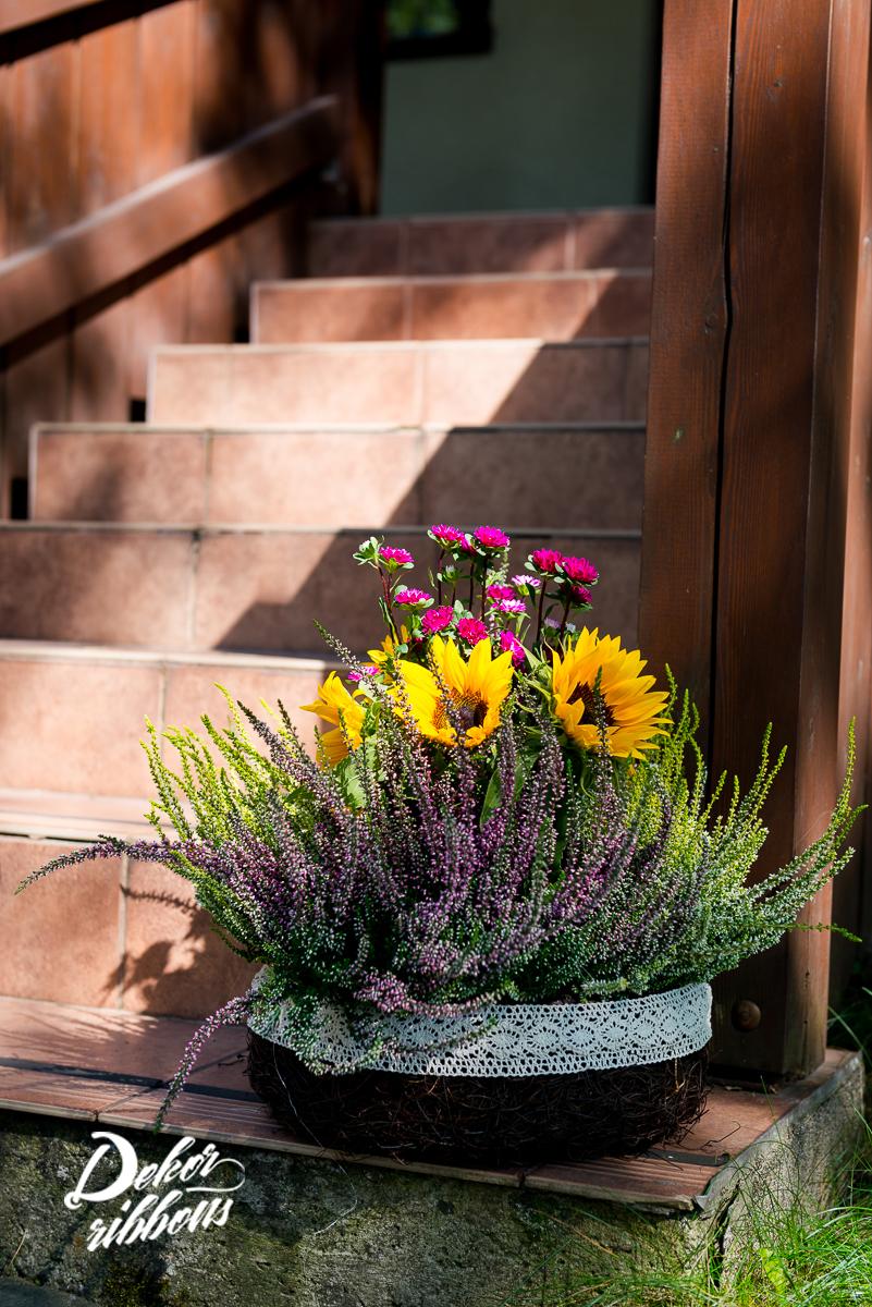 protěný koš s podzimními květy
